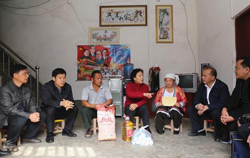 陈际瓦到隆林走访慰问贫困户
