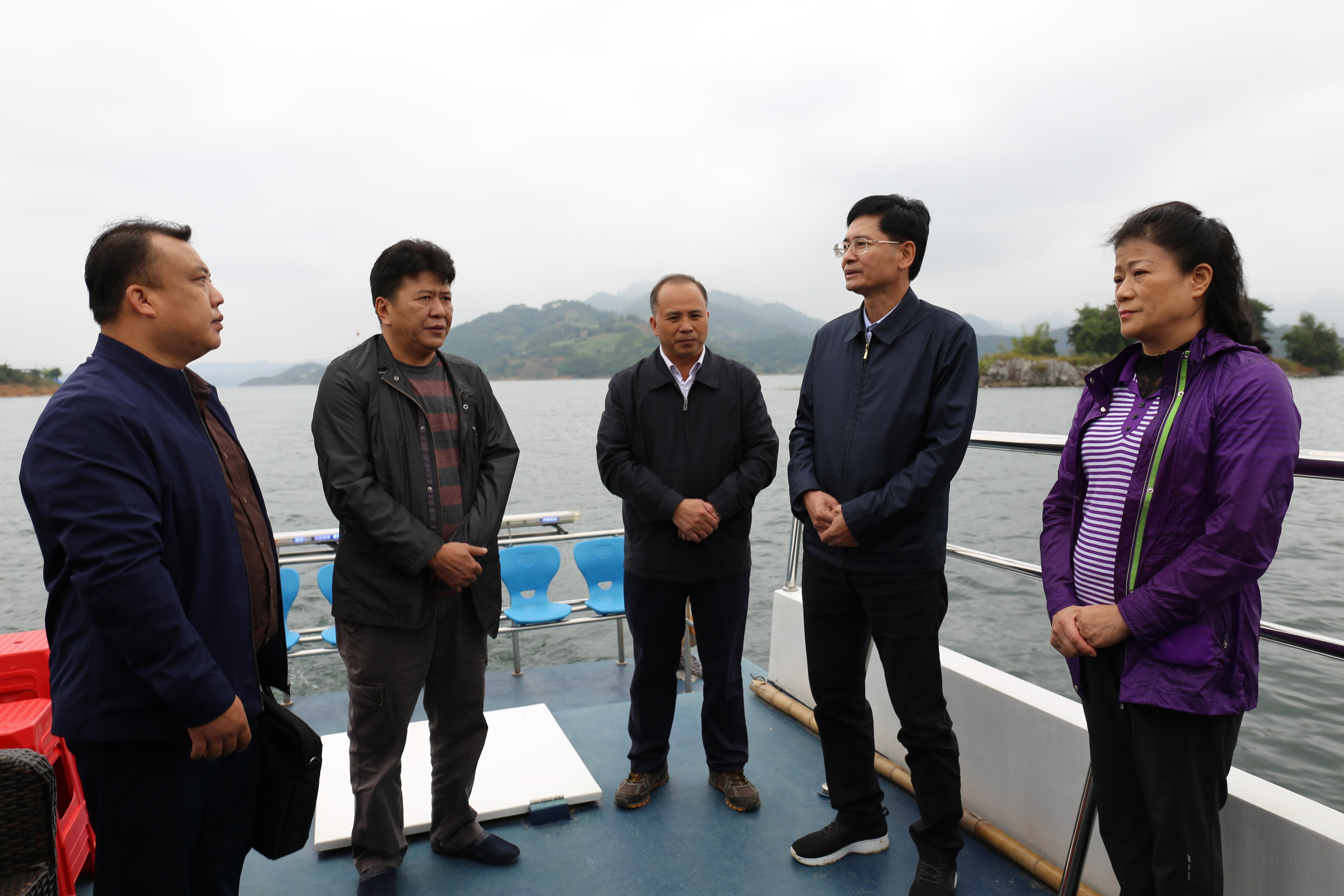 自治区政协主席蓝天立到天生桥二级水电站库区调研
